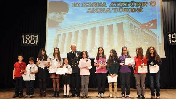 Dereceye Giren Öğrenciler Ödüllerini Alırken